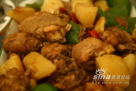 2 葱切段,姜切片,蒜切块,土豆切大块,青椒切块备用.